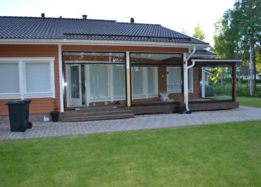 безрамное остекление террасы в Финляндии
