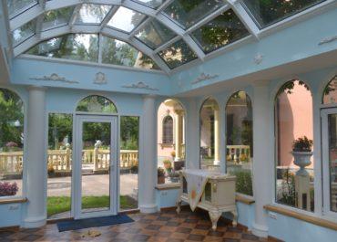 арочные алюминиевые окна в беседке
